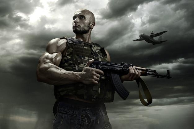 O soldado em um fundo de nuvens de tempestade