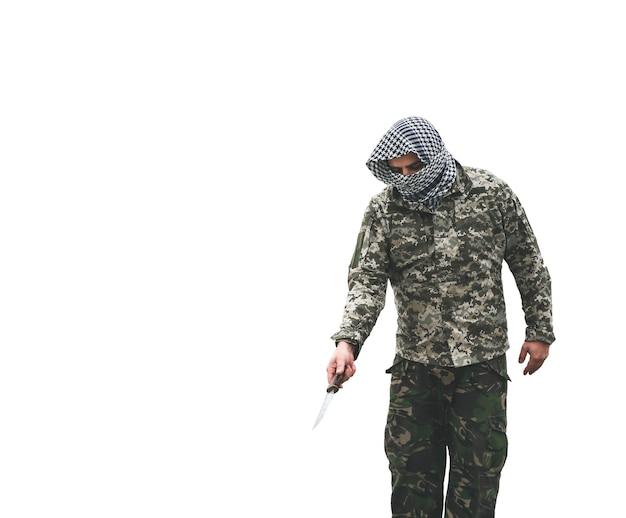 O soldado está de pé com o uniforme de camuflagem, isolado no fundo branco. bandana quadriculada keffiyeh shemagh. homem com faca.