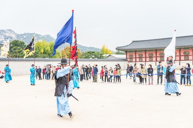 O soldado marcha mudança da demonstração de guarda