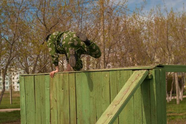 O soldado pula sobre um obstáculo.