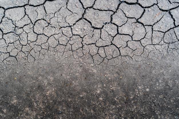 O solo seco depois da chuva não é muito tempo. seca da vista superior.