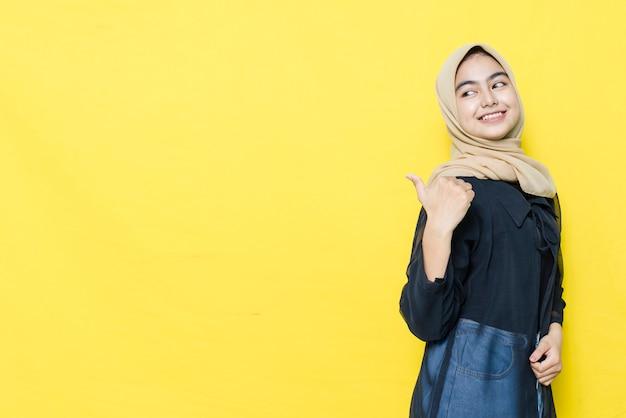 O sorriso e o rosto feliz das mulheres asiáticas apontam para apresentar um espaço vazio de conteúdo. conceito de modelo de publicidade.