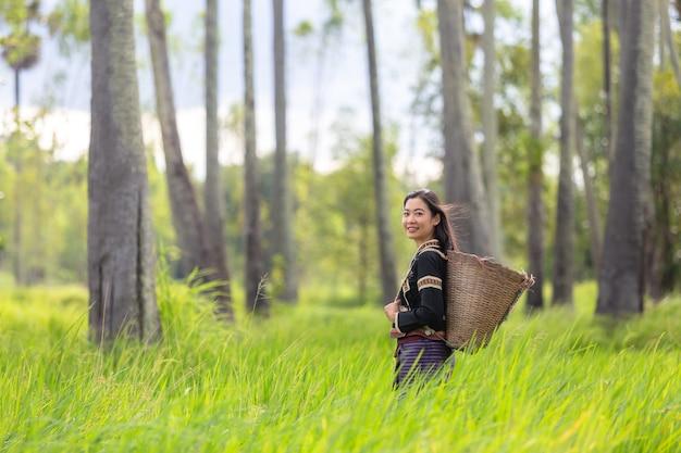 O sorriso feliz das mulheres de hmong senta-se fora na vila de giang ta chai, perto da cidade de sapa.