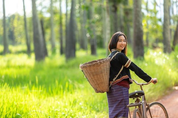 O sorriso feliz das mulheres de hmong senta-se fora na vila de giang ta chai.
