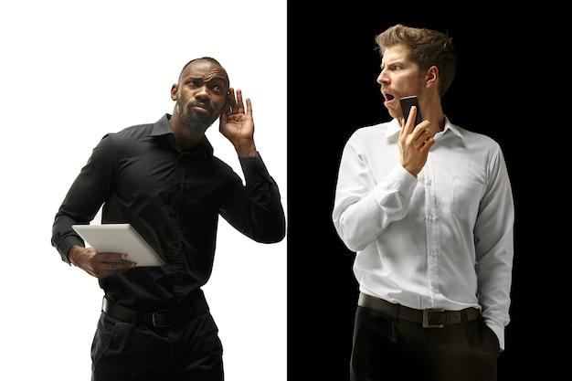 O sucesso feliz homens afro e caucasianos