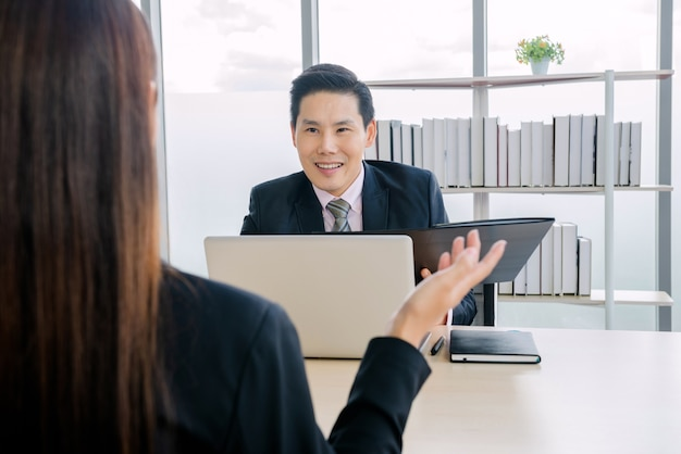 O supervisor está entrevistando mulheres que estão se candidatando a novos empregos na empresa.