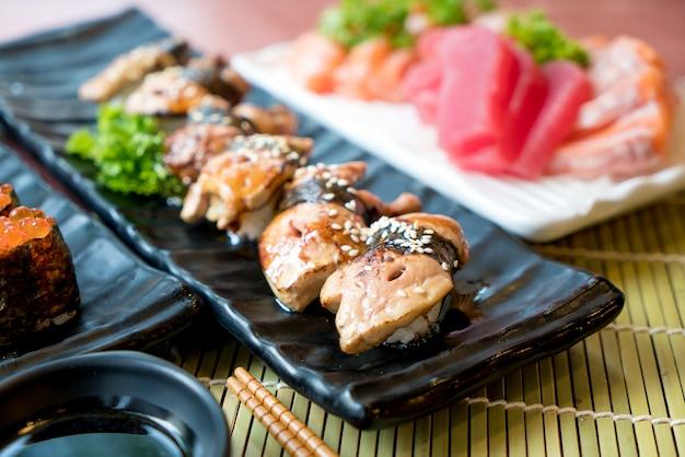 O sushi de foie gras ajustou-se com salmões, atum, ovas dos peixes de voo e close up do caviar.