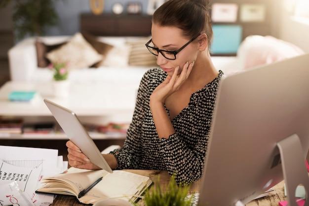 O tablet digital facilita o trabalho dela