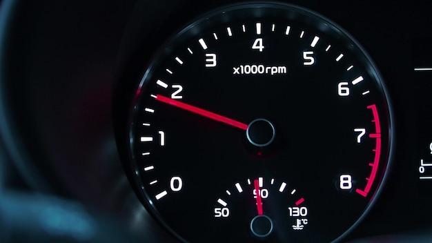O tacômetro mostra revoluções no carro.