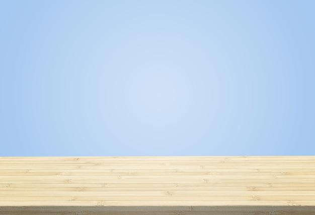 O tampo da mesa estratificado no fundo azul pastel pode pôr ou montar seus produtos