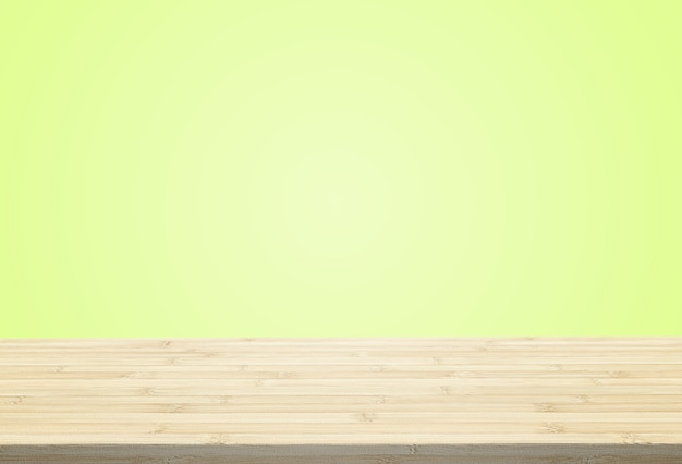 O tampo da mesa estratificado no fundo verde claro pastel pode pôr ou montar seus produtos