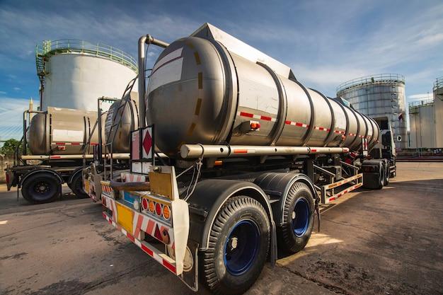 O tanque do caminhão de transporte de produtos químicos perigosos está estacionado na fábrica.