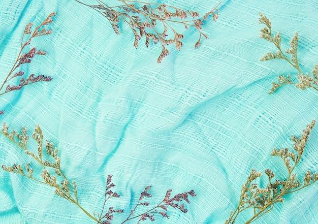 O tecido do lenço azul