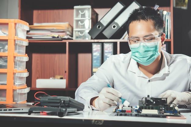 O técnico consertando o computador, hardware de computador, consertando, atualize e tecnologia