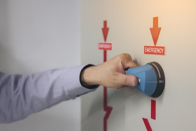 O técnico de manutenção preventiva colocou o interruptor de sistemas de energia de emergência