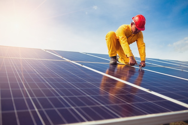 O técnico está consertando o painel solar