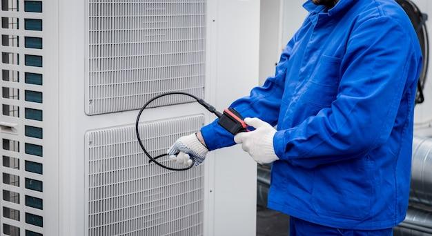 O técnico usa uma câmera digital para verificar o entupimento do trocador de calor
