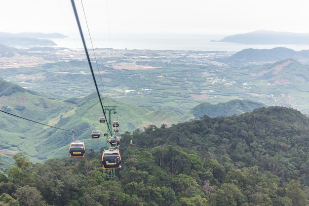 O teleférico para o transporte do solo até o topo da colina nas colinas sunworld bana em danang