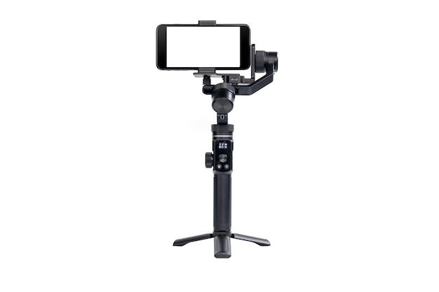 O telefone celular é montado em um estabilizador de motor de 3 eixos para gravação de vídeo suave isolada em fundo branco.