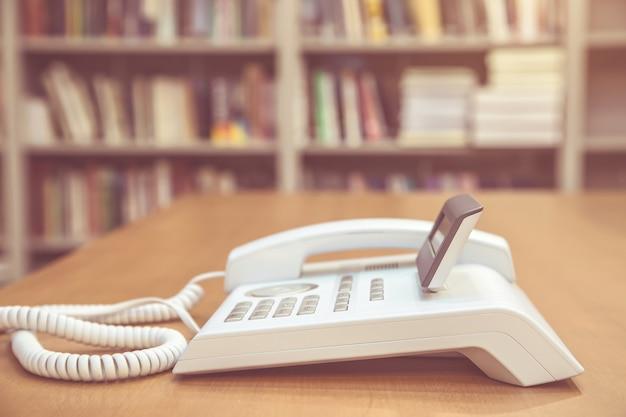 O telefone no escritório de mesa.