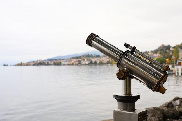 O telescópio perto do lago na suíça