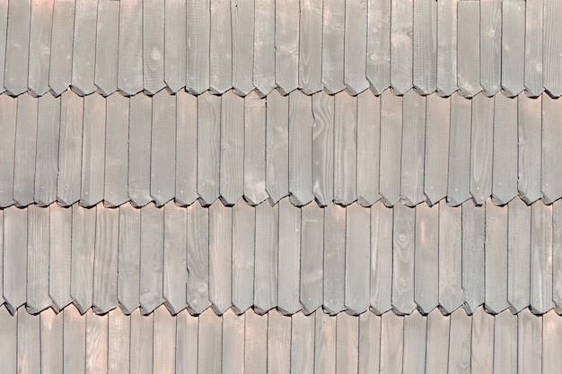 O telhado antigo é feito de telhas de madeira. textura. fechar-se