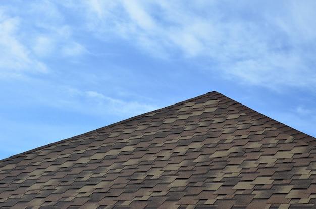 O telhado coberto com um moderno revestimento impermeável betuminoso plana sob um céu azul
