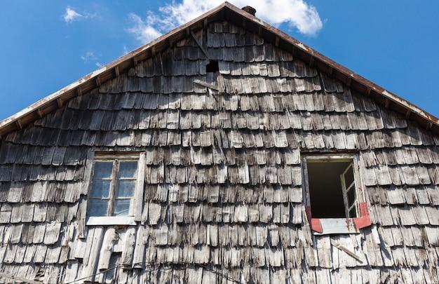 O telhado da telha de madeira da antiga casa rural