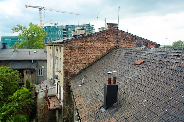 O telhado do antigo edifício é coberto com telhas. a arquitetura da velha europa.