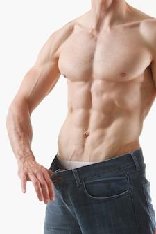 O tema atlético de emagrecimento de homem dobrado é muito forte na imprensa e fitness