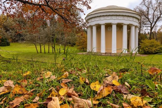 O templo da amizade no outono do rio slavyanka no parque pavlovsk são petersburgo, rússia