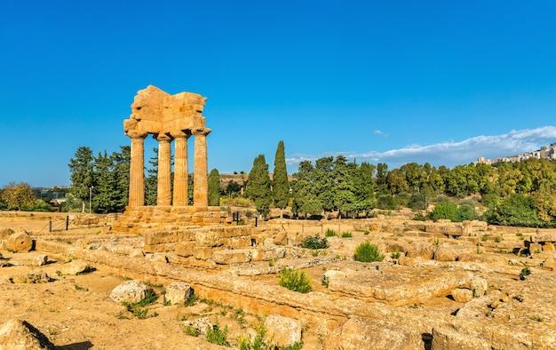 O templo de castor e pólux no vale dos templos em agrigento - sicília, sul da itália