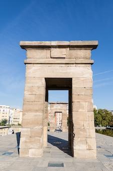 O templo de debod (templo de debod) é um antigo templo egípcio que foi desmontado e reconstruído em madrid, espanha. Foto Premium