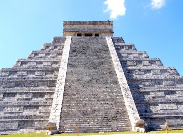 O templo de kukulcan no sítio arqueológico de chichen itza, méxico