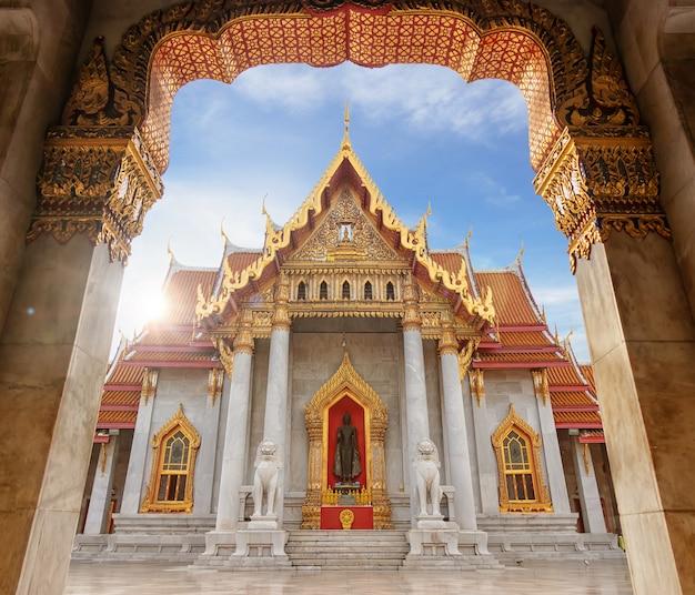 O templo de mármore, famoso ponto de referência para turistas em bangkok tailândia