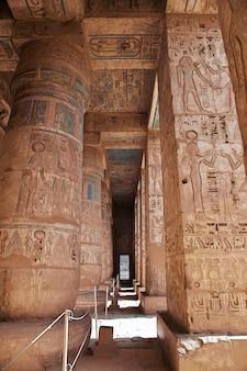 O templo de medinet habu em luxor, egito