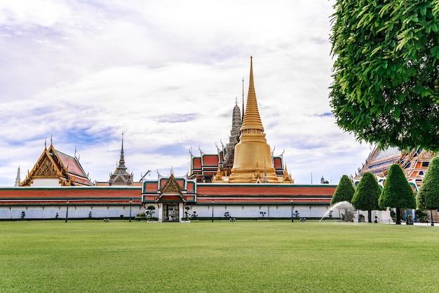 O templo do buda de esmeralda ou wat phra kaew é um lugar famoso para turistas
