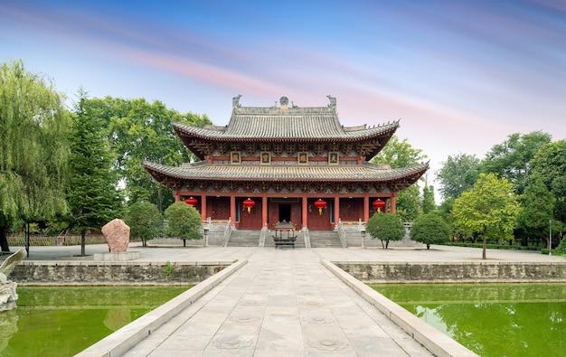 O templo do cavalo branco é o primeiro templo administrado pelo governo construído depois que o budismo foi introduzido na china