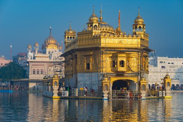 O templo dourado em amritsar, punjab, índia, o ícone mais sagrado e local de culto da religião sikh.