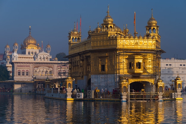 O templo dourado em amritsar, punjab, índia, o ícone mais sagrado e lugar de culto da religião sikh