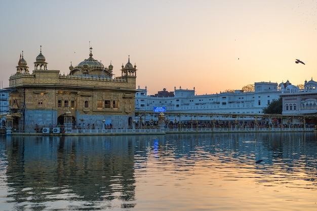 O templo dourado em amritsar, punjab, índia