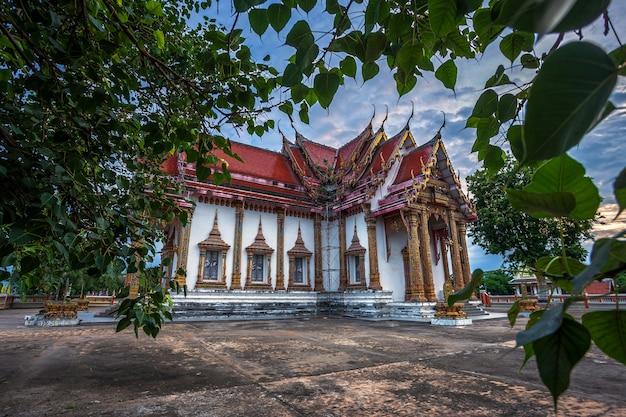 O templo é um templo budista é uma grande atração turística em phitsanulok, na tailândia.