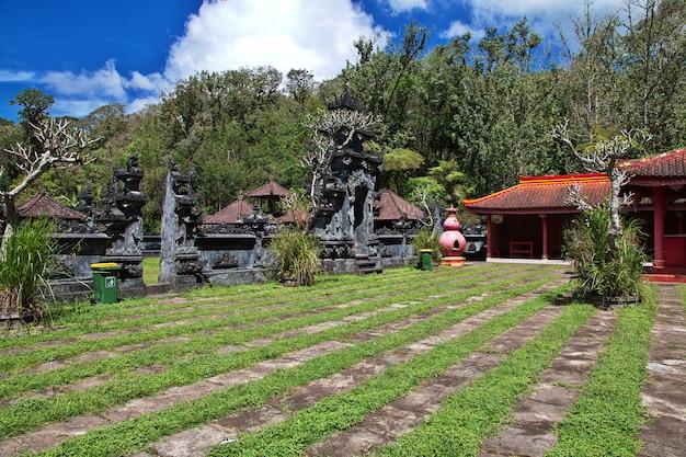 O templo na ilha de bali, indonésia