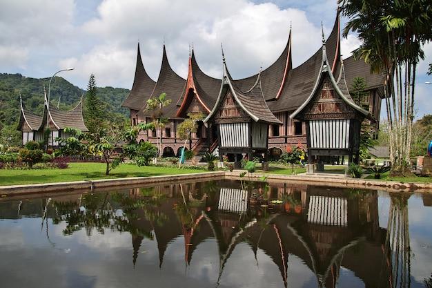 O templo na ilha de sumatra, indonésia