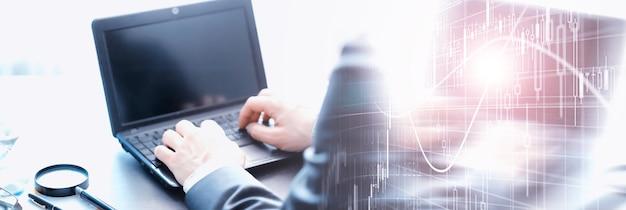 O tempo de trabalho simboliza uma ampulheta. mesa de escritório com gerente de seguros e banqueiro. funcionário de escritório à mesa. o conceito de falta de tempo.