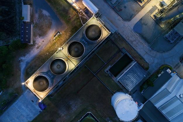 O terminal petrolífero da luz da noite da vista aérea é facilidade industrial para o armazenamento do óleo e do petroquímico.