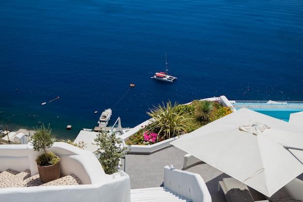 O terraço com vista mar no hotel de luxo na ilha de santorini, grécia
