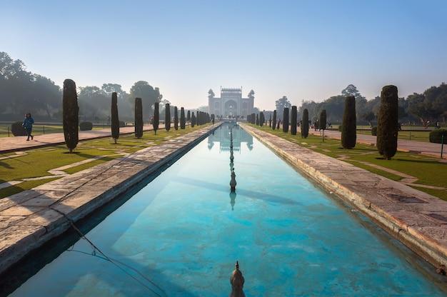 O território do taj mahal, o verso do mausoléu. um parque com piscina. amanhecer, agra, índia.