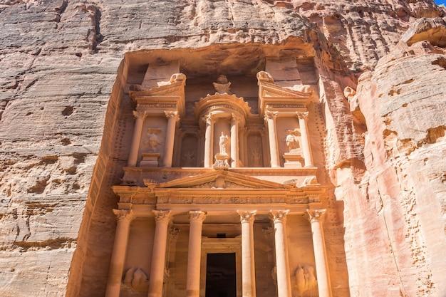 O tesouro é um dos templos mais elaborados da antiga cidade árabe de nabatean kingdom, em petra, na jordânia.