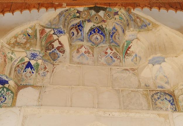 O teto em forma de cúpula em um antigo mosaico asiático tradicional arquitetura da ásia